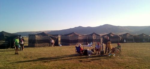 Kamp alanı ve koşucu çadırları