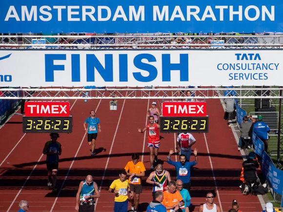 Amsterdam Maratonu'nu bitirirken